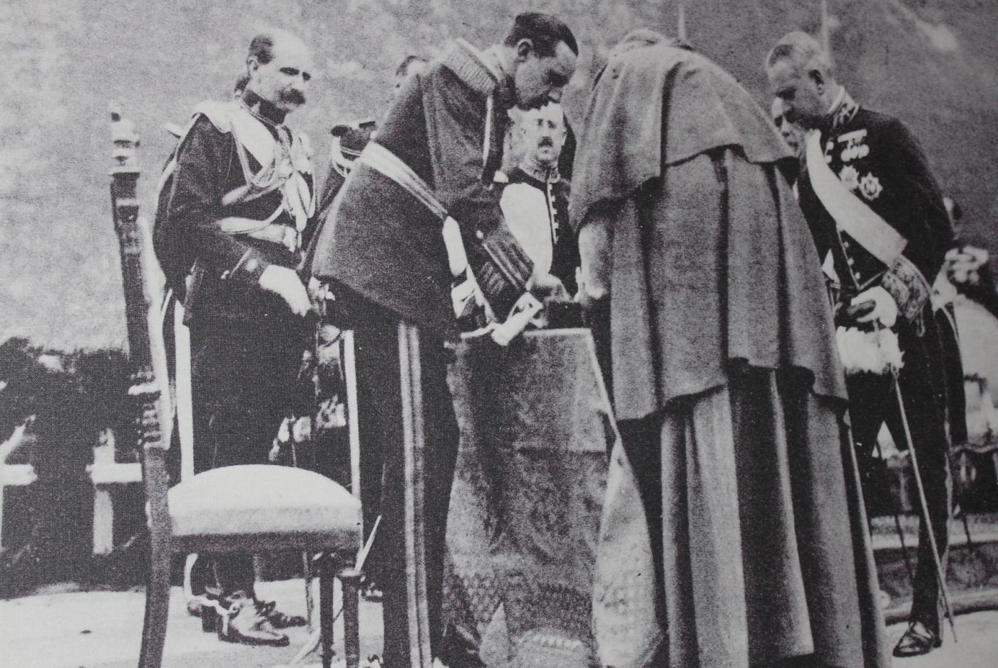 Alfonso XII firmando el acta de coronación de la Virgen de Covadonga (8/9/1918)