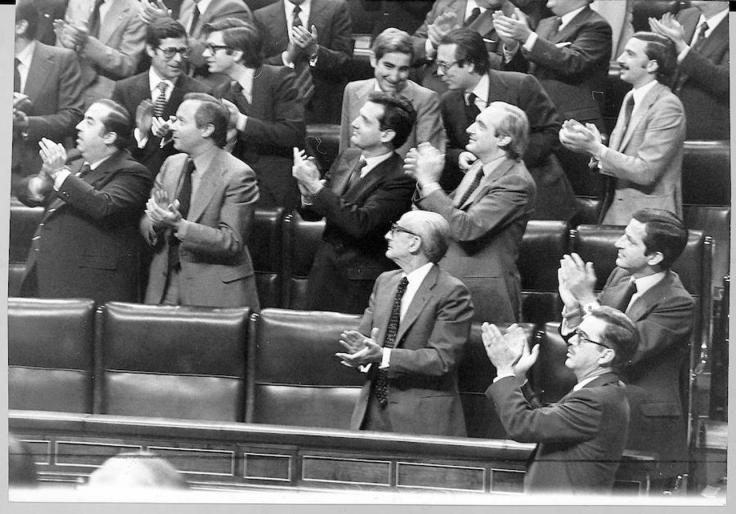 Ovación al aprobarse el proyecto constitucional en el Congreso. Aparecen entre otros, Suárez, Gutiérrez Mellado, Herrero, Cisneros, Alzaga y Arias Navarro. Foto: EFE