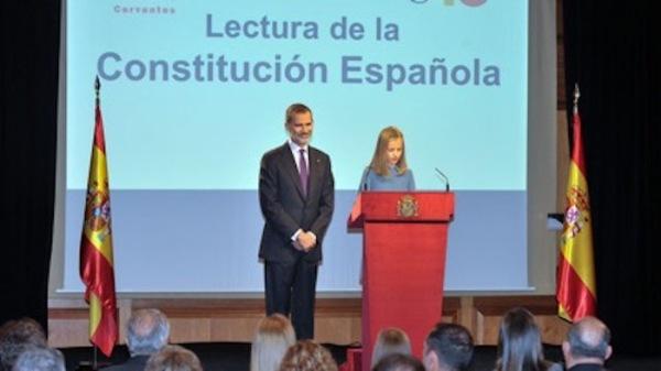 Leonor de Borbón y Ortiz, heredera de La Corona, leyendo la Constitución