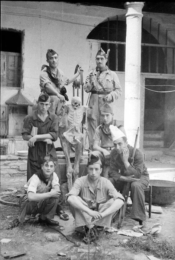 milicianos con momia en un convento de toledo 1936