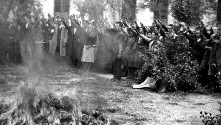 Quema de libros en Madrid 30 de abril de 1939 foto Nueva Tribuna